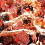 हेर्नुहोस स्पेनको रोचक टमाटर फाईट, २० हजार खेलाडीबीच १६० टन टमाटर हानाहान !