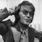 circa 1976:  American country and western singer Glen Campbell, who replaced Brian Wilson of The Beach Boys on touring commitments, at Perth Airport.  (Photo by Central Press/Getty Images)